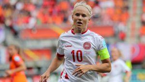 Pernille Harder löper på fotbollsplanen.