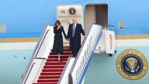 Donald och Melania Trump anländer till Peking.