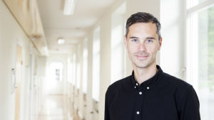 Maskulinitetsforskare Lucas Gottzén i en korridor på Stockholms Universitet.