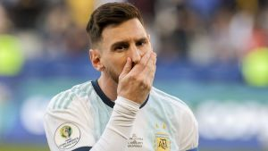 Lionel Messi håller för sin mun.