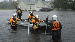 Räddningsarbetare i Farfield Harbour, North Carolina, under orkanen Florence.
