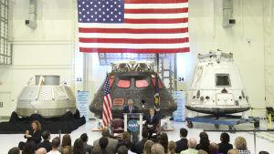 Tre slags rymdfarkoster för resor till internationella rymdstationen presenteras 2015.