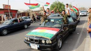 Kurder i Kirkuk jublar och viftar med den kurdiska flaggan, under dagen för folkomröstningen i Irakiska Kurdistan.