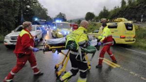 Räddningspersonal tar om hand skadade vid Utøya, 22 juli 2011.