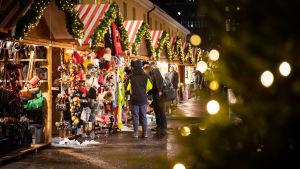 Kansainväliset joulumarkkinat Helsingissä. Jouluisia myyntikojuja.