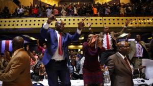 Zimbabwes parlament firar efter Mugabes avgång.