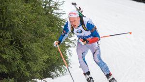 Tuomas Grönman åker i en nedförsbacke