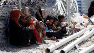 Människor som flytt områden nära Mosul på ett flyktingläger sydväst om Erbil i juli 2016