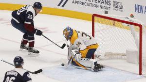 Pekka Rinne stoppar ett skott av Nathan MacKinnon.