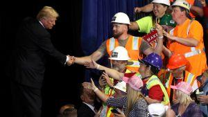 Arbetare i skyddskläder får hälsa på president Trump inför valmöte i Montana