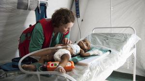 spädbarn i sjukhussäng på flyktingläger i Bangladesh