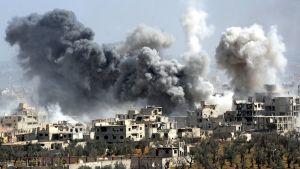 Rök stiger från Douma efter en attack mot staden i april 2018.
