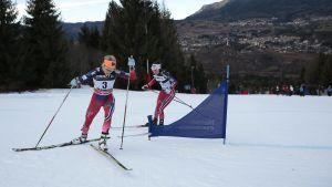 Heidi Weng och Therese Johaug klättar upp för Alpe Cermis.