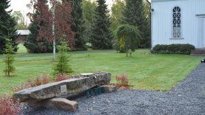 Minnesmärket över skolmassakern i Kauhajoki flyttades hösten 2018 från skolbyggnadens gård till gravgården.
