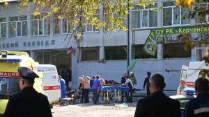 Offer för skolskjutningen bars ut ur den aktuella yrkesskolan i Kertj på onsdag eftermiddag.