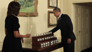 Michelle och Barack Obama under en minnesstund för offren i skolskjutningen i Sandy Hook 2012.