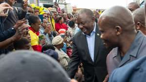 Sydafrikas president Cyril Ramaphosa från ANC får sitta kvar på presidentposten. I Sydafrika utses presidenten av parlamentet och fungerar som regeringschef.