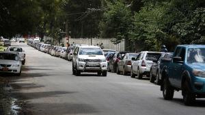Lång kö till en bensinstation i Harare efter att bensinpriset höjdes med 130 procent.