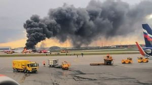 brinnande plan på landningsbana i Moskva
