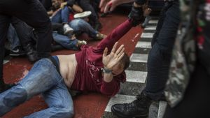 Polisen skingrade människor utanför en vallokal i Barcelona under folkomröstningen 1.10.2017