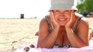 Medelålders kvinna på stranden.