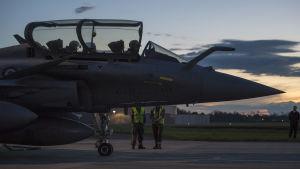 Tystnaden före stormen. Ett franskt jaktplan väntar på att få lyfta och flyga mot Syrien.