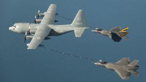 Ett KC-130 Hercules-flygplan tankar två F-35 Lightning II-flygplan.