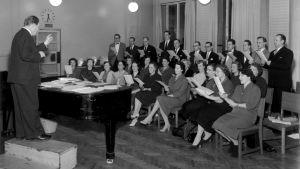 Nils-Eric Fougstedt johtaa Radiokuoroa 1952.