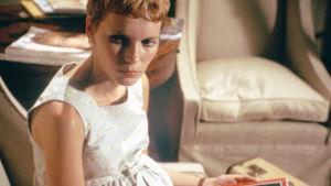 Rosemary (Mia Farrow) istuu lääkärin odotushuoneessa. Kuva elokuvasta Rosemaryn painajainen.