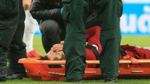 Mohammed Salah bärs ut på bår efter hjärnskakning
