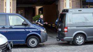Polisman bakom bilar