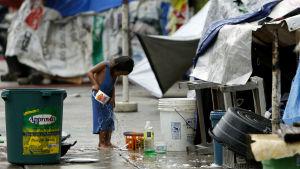Ett barn i ett slumområde öster om Manila på Filippinerna.