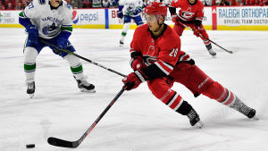 Carolinas Sebastian Aho spelar mot Vancouver Canucks i NHL.