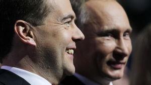 Dimitrij Medvedev framför Putin