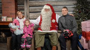 Mattias Gestranius sitter med sin familj och julgubben i Rovaniemi.