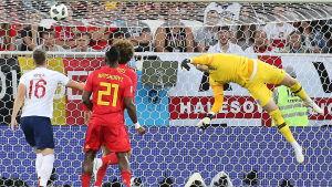 Belgiens Adnan Januzaj gör 1–0 på England och Jordan Pickford.