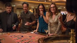Gloria Bell med nyvunna vänner vid ett spelbord i Las Vegas.