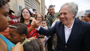 OAS generalsekreterare Luis Almagro säger för första gången att man inte kan utesluta en militär intervention för att störta Venezuelas president Nicolas Maduro