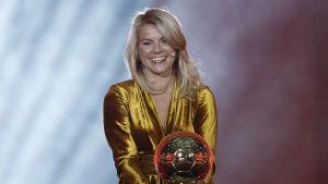 Ada Hegerberg med guldbollen.