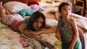 Halley (Bria Vinaite) och dottern Moonee (Brooklynn Prince)