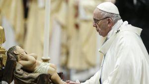 Påven Franciskus i Vatikanen. Rör försiktigt tårna på en staty av ett barn under Maria, Guds moders högtid, 1 januari 2019.