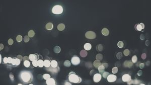 Ljus i en urban och nattlig miljö.