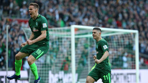 Fotbollsspelaren Niklas Moisander hoppar upp i luften och firar ett mål.