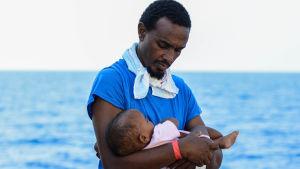 Räddat barn på Medelhavet