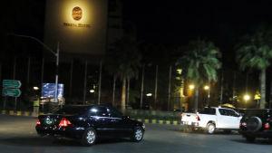 I en svart bil anlände Malala, tillsammans med sina föräldrar, till ett hotell i Islamabad.