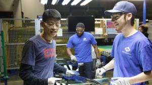 Wong He, Kenny Taylor och Jarred Gibson i Fuyao-fabriken i Dayton, Ohio.