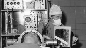 En patient skall vara med om ett neurokirugiskt ingrepp.