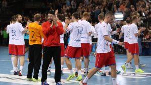 HC Meshkov Brest tackar publiken.