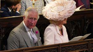 Brudgummens far prins Charles och hans hustru Camilla