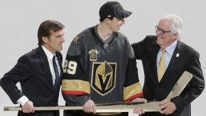 Klubbledaren George McPhee (till vänster) och ägaren Bill Foley (till höger) premierar Marc-André Fleury.